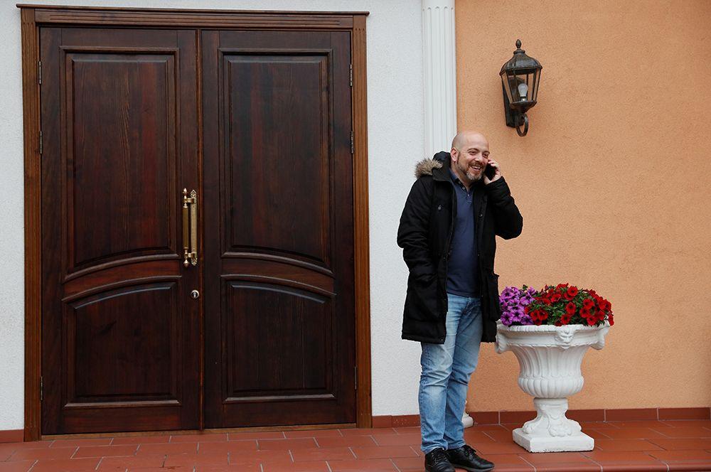 Рафа Айрес из Испании, отец новорожденной девочки Марты, рожденной для него в украинской клинике «Биотех», в отеле «Венеция» в Киеве.