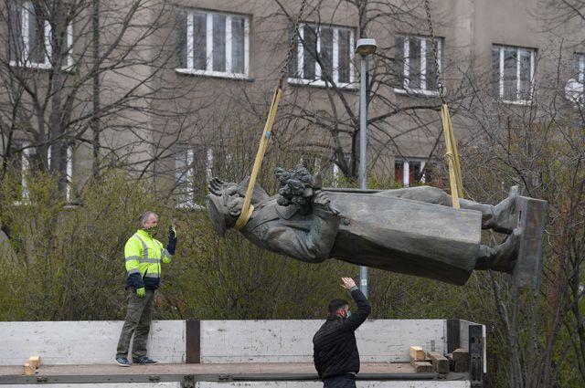Снесенный памятник маршалу Коневу в Праге.