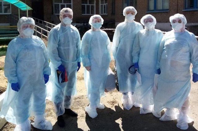 В Акбулаке местным врачам помогает бригада медиков из Оренбурга.