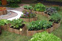 Оригинальные приподнятые мини-цветники с овощами.