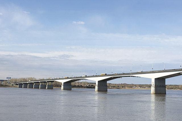Из-за аварии на мосту образовалась пробка.