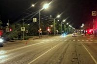 Девушка переходила дорогу на запрещающий сигнал светофора.