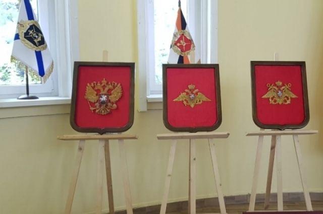 Музею 11 гвардейской армии передали в дар гербы из янтаря