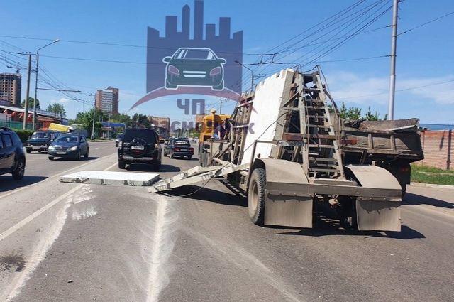 Авария произошла на ул. Калинина, автомобили двигались в параллельном направлении.