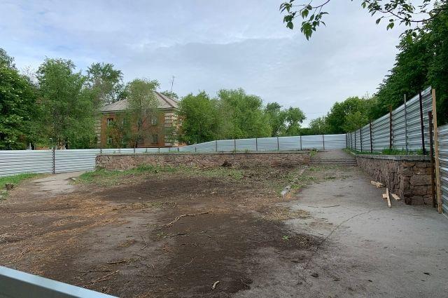 В сквере на месте вырубленных деревьев расчищена площадка под стройку.