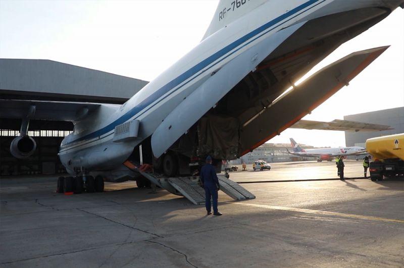 Военно-транспортный самолет ВКС России Ил-76 МД доставил в Красноярск спецтехнику и имущество для оказания помощи в борьбе с коронавирусом COVID-19.