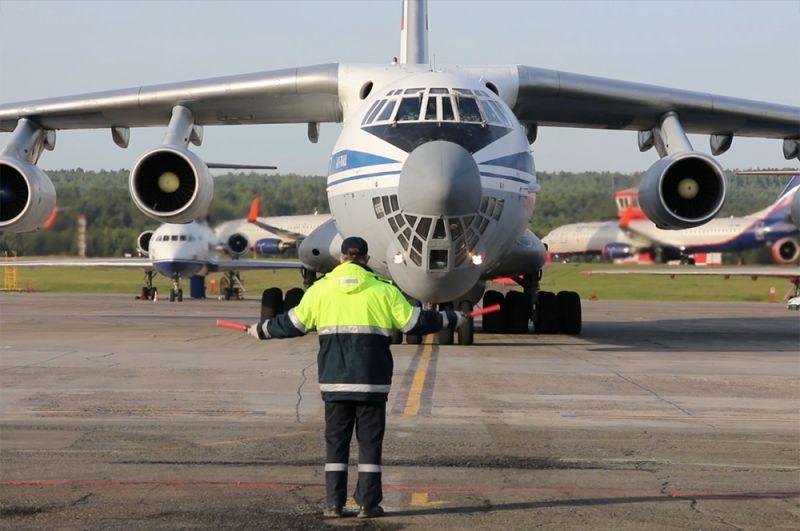 Военно-транспортный самолет ВКС России Ил-76 МД в аэропорту Красноярска, который доставил спецтехнику и имущество для оказания помощи в борьбе с коронавирусом COVID-19.