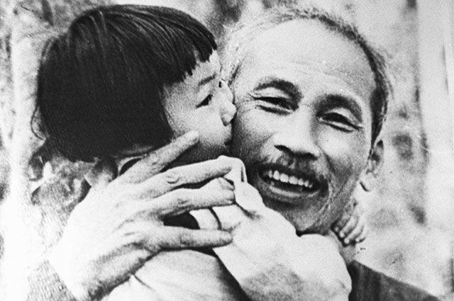 Президент Демократической Республики Вьетнам Хо Ши Мин на советском теплоходе, названном в его честь.