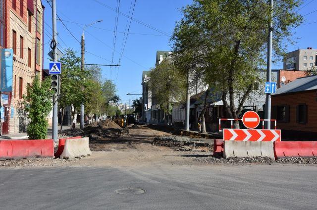 В Оренбурге убирают троллейбусные линии и старые световые опоры.