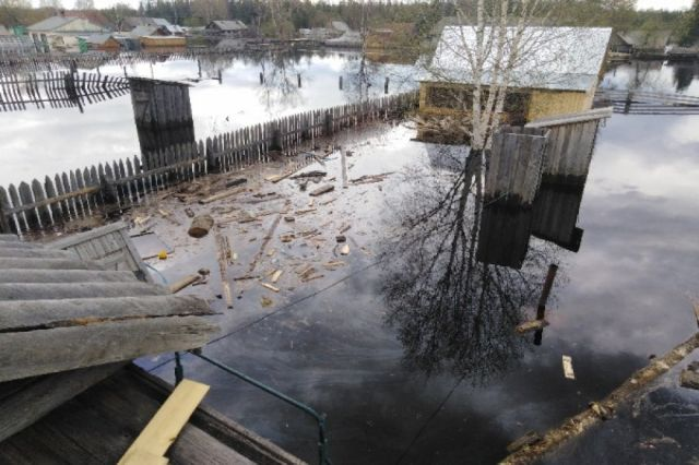 Остаются подтопленными жилые дома и придомовые территории в Соликамском городском округе, а также приусадебные участки в Гайнском муниципальном округе, Чердынском, Чайковском и Краснокамском городских округах.