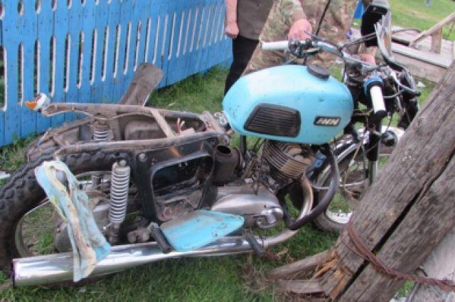 За рулем мотоцикла ИЖ  сидел 33-летний водитель без шлема и защитной экипировки.