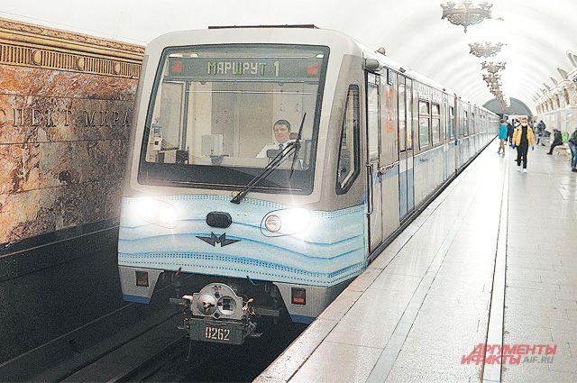 Защитная маска теперь присутствует и на первом вагоне одного  из поездов столичной подземки.