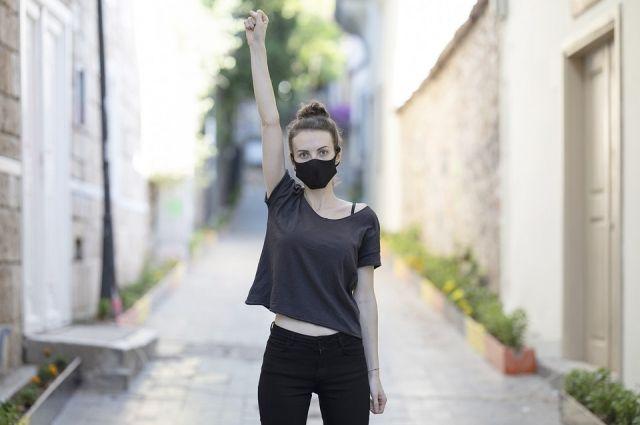 Когда ситуация стабилизируется, маски вполне могут трансформироваться в модный аксессуар.