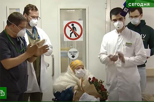 Врачи инфекционного центра ФЦМН поздравляют со 100-летним юбилеем свою пациентку Пелагею Пояркову. Несмотря на столь преклонный возраст, она смогла выздороветь после перенесённого COVID-19.