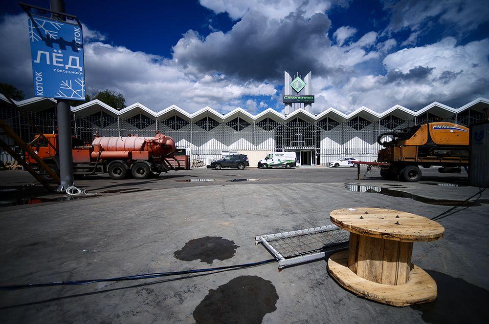 Здание выставочного центра «Сокольники» в Москве, где идет строительство временного госпиталя для пациентов с COVID-19.