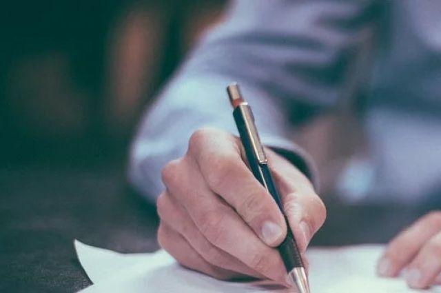 По материалам прокуратуры Светлинского района глава поссовета оштрафован за искусственное дробление бюджетного контракта и самостоятельный выбор подрядной организации.