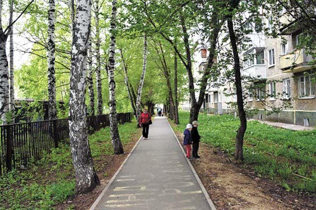 Во дворах и около домов появляются новые тротуары, по которым с удовольствием гуляют жители.