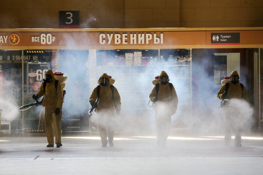 Сотрудники специального отряда МЧС России «Лидер» проводят дезинфекцию Киевского вокзала.