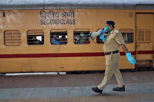 Полиция в общественный транспорт без масок и перчаток не пустит. А нарушителей может ещё и побить.