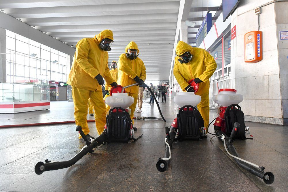 Сотрудники специального отряда МЧС России «Лидер» проводят дезинфекцию Курского вокзала.