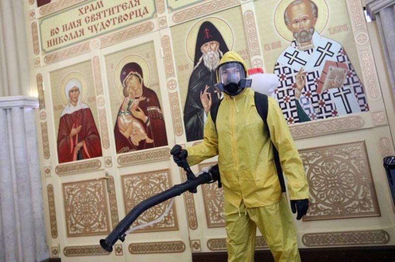 Санитарная обработка здания и прилегающей территории Ленинградского вокзала.