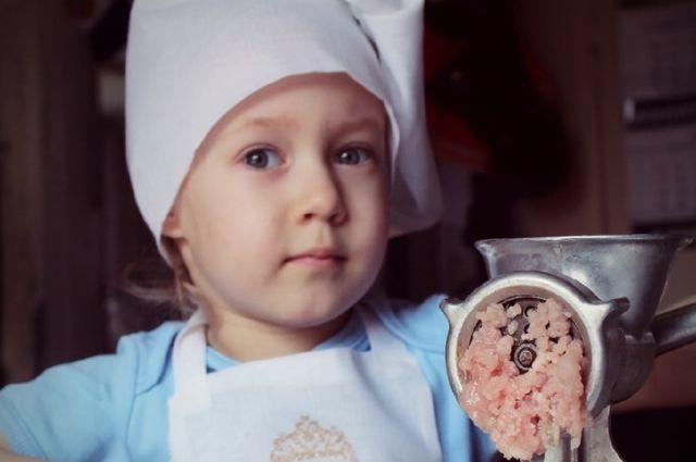 Миле Кожиной всего три года и четыре месяца, но она уже умеет крутить котлеты и готовить много других вкусных, полезных блюд.