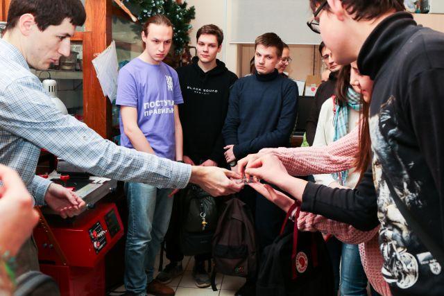 Сотрудник химического факультета МГУ Егор Андреев рассказывает абитуриентам о принципах работы тест-системы