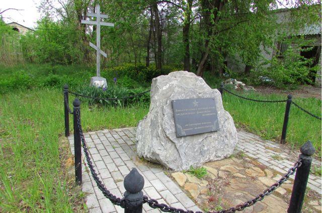 Памятный крест и закладной камень на месте бывшего концлагеря в Калаче-на-Дону.
