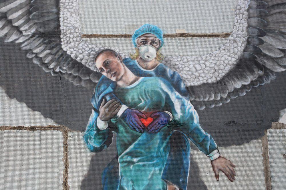 Граффити, появившееся в честь Международного дня медицинской сестры на стене дома в Одинцово, Московская область.