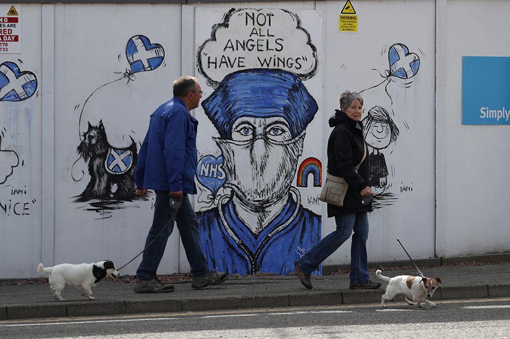 Граффити в поддержку Национальной службы здравоохранения Великобритании в Перте, Шотландия.