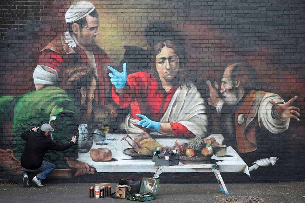 Версия «Ужина в Эммаусе» Караваджо времен коронавируса, Лондон.