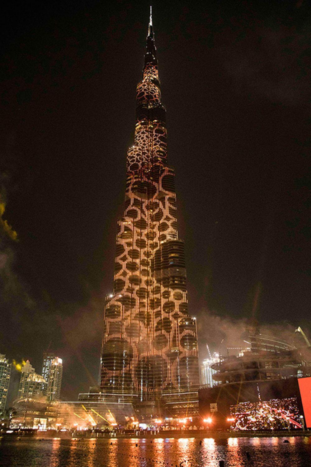 Иллюминация на башне в честь Dubai Expo 2020.