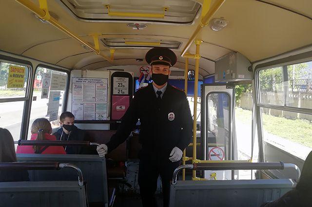 Отличники масочного режима ездят на общественном транспорте.