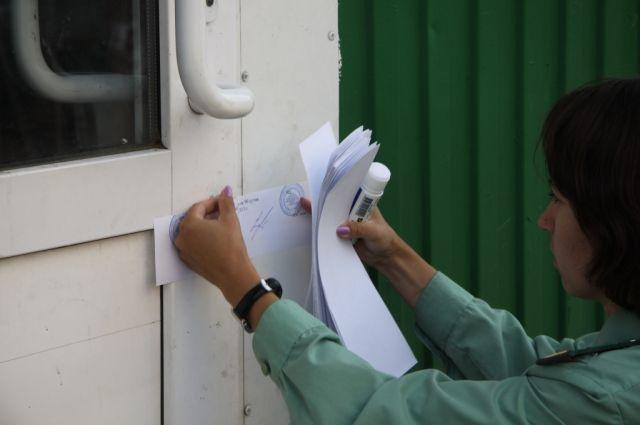 Судебные приставы вышли на объект: они вручили проживающим в общежитии жильцам требования об исполнении решения суда и предоставили время для освобождения помещений.