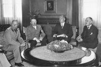 Мюнхенский сговор: Муссолини, Гитлер, Чемберлен.