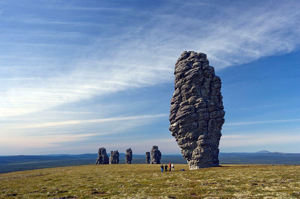 Маньпупунёр. В Троицко-Печорском районе Республики Коми расположен этот геологический памятник. На языке манси его название означает «малая гора идолов». С Маньпупунёром связаны многочисленные легенды. Столбы имеют причудливые очертания и в зависимости от места осмотра напоминают то фигуру огромного человека, то голову лошади или барана.