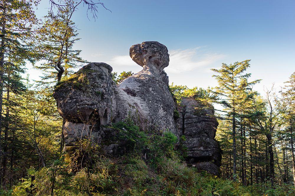 Амурские столбы. Расположены в 134 км от Комсомольска-на-Амуре ниже по течению реки Амур в районе села Нижнетамбовское. Скалы представляют собой гранитные столбы причудливой формы высотой от 12 до 70 метров, некоторые имеют названия: Шаман-камень, Стены, Чаша, Церковь, Корона.