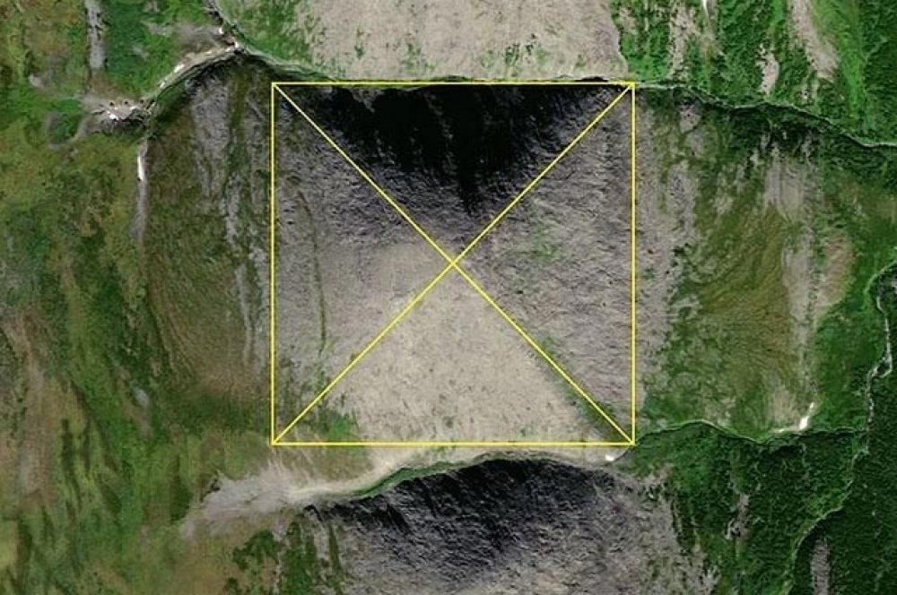 «Пирамида» расположена в Народо-Итьинском кряже в Ханты-Мансийском автономном округе. Ее высота — 774 метра. «Грани расположены четко по сторонам света, будто по нивелиру. Верховья реки Грубею, где она находится, ханты и манси стараются не посещать, потому что эти места являются священными для них», — говорится в комментарии руководителя туристического клуба.