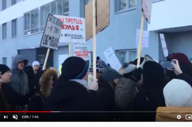 Борьба жильцов с УК проходила в том числе и стихийными митингами.