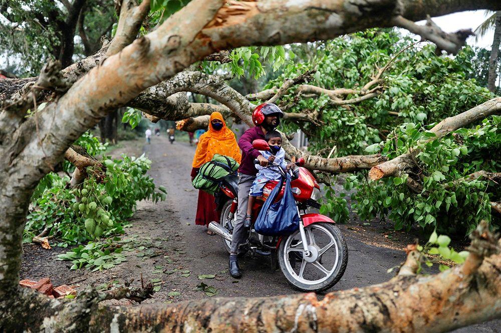 Жители города Саткхира в Бангладеш после циклона.