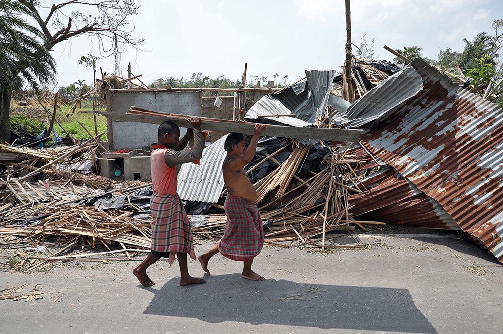 Разрушения в округе Южные 24 парганы в Западной Бенгалии, Индия.