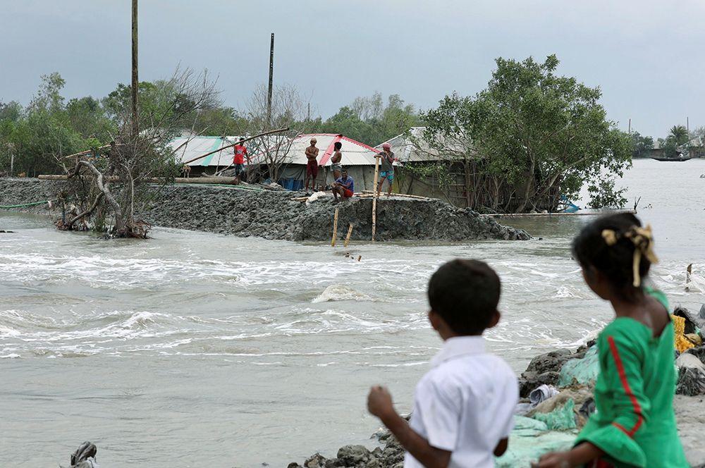 Жители округа Саткхира в Бангладеш во время прохождения циклона.