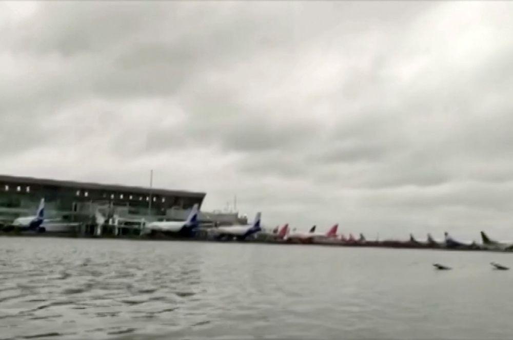 Аэропорт Калькутты после прохождения циклона.