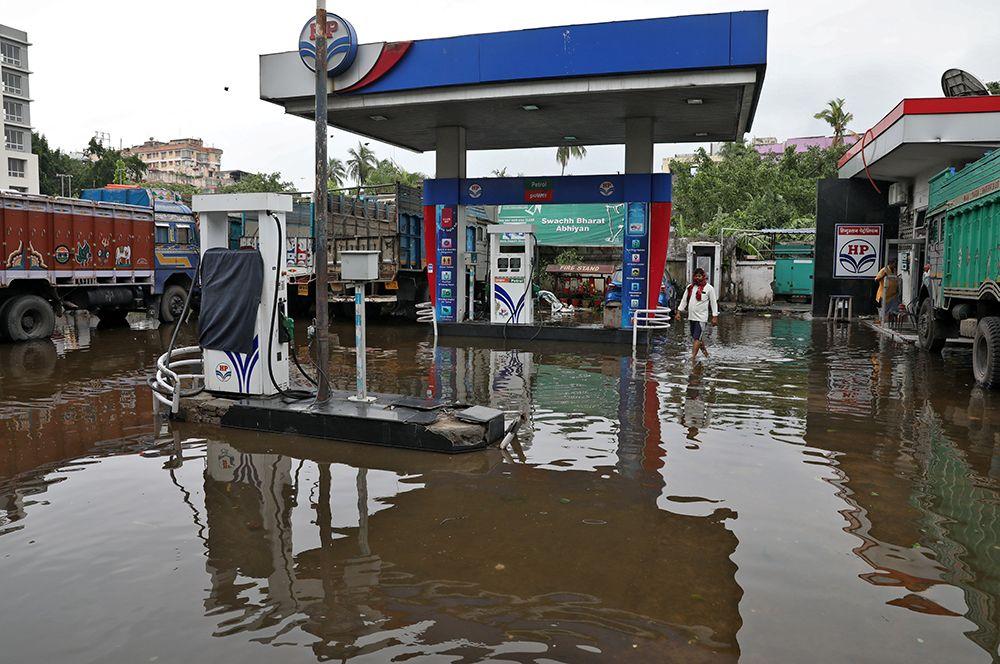 Затопленная заправочная станция в Калькутте, Индия.
