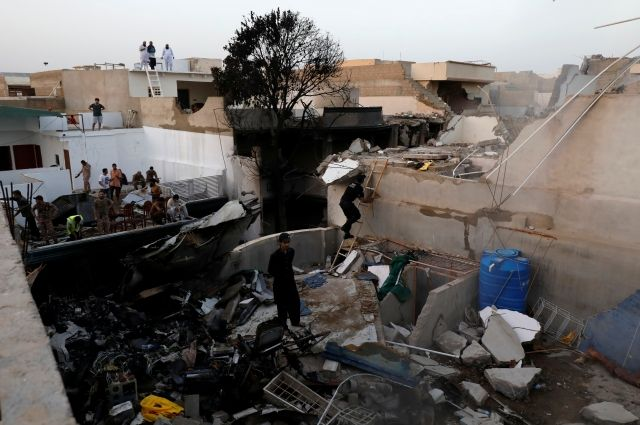 В Пакистане подтвердили гибель как минимум 66 человек при крушении лайнера