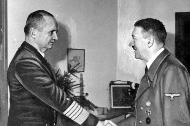 Карл Дёниц и Адольф Гитлер 1945 в бункере Фюрера.