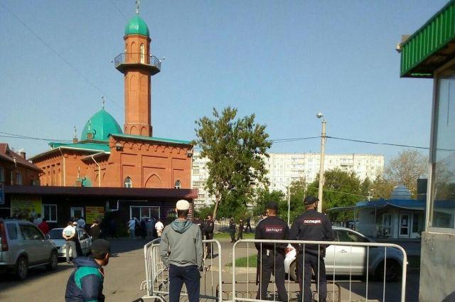 На территорию мечети пропускали по одному.