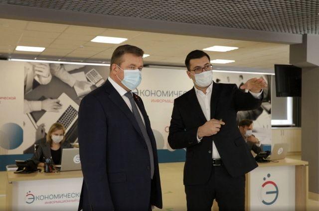 Губернатор Николай Любимов лично ознакомился с работой центра.