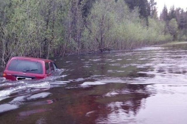 В Архангельской области сотрудники МЧС спасли семью из затопленной машины