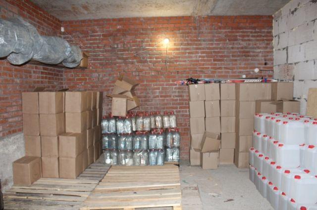 Мужчины арендовали гаражные боксы в Березниках, где они производили и хранили поддельный алкоголь известных марок.